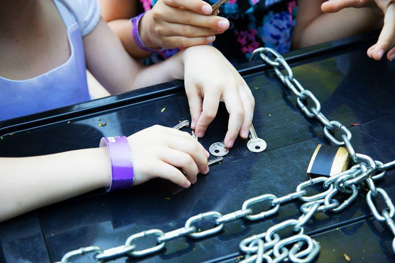 Caccia Al Tesoro Bambini 5 6 Anni : Cacciallafesta domande ed enigmi al bagatti valsecchi manoxmano